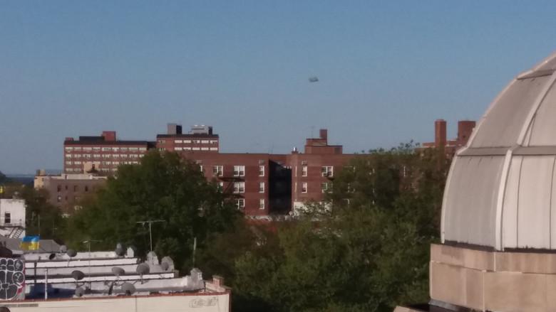 Прямоугольный объект над Бруклином