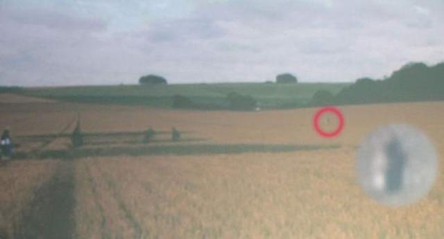 За уфологами на поле следовала загадочная фигура