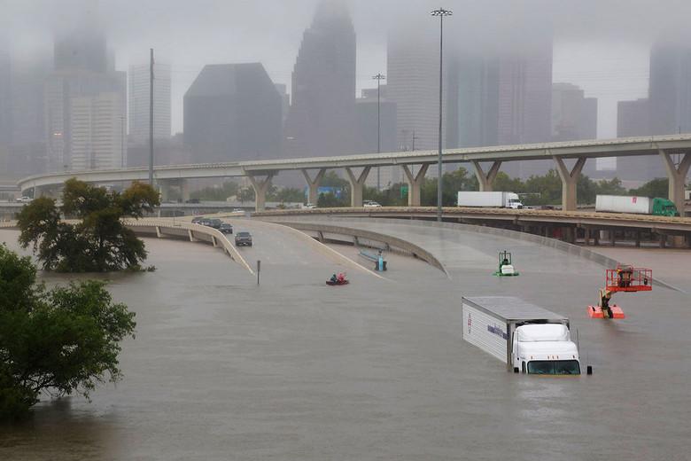 """В США распространяется теория, что ураганы """"Харви"""" и """"Ирма"""" это российское климатическое оружие"""
