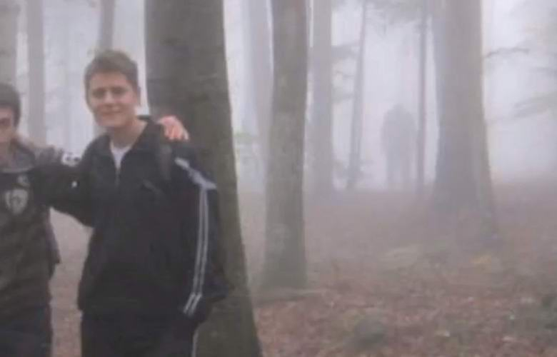 Туристы сфотографировались со странным существом в туманном лесу