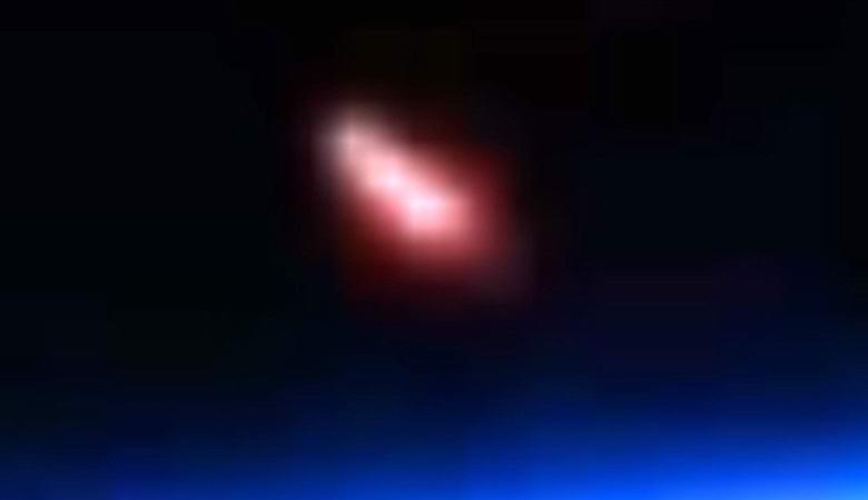 Веб-камера МКС зафиксировала огромный розовый столб на орбите Земли