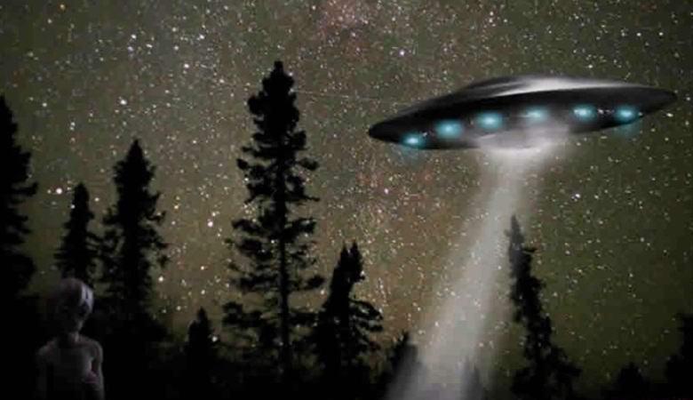 В Сети появилось видео с пришельцем, садящимся в «летающую тарелку»