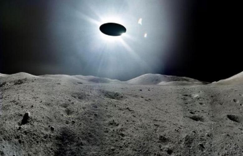 Из кратера Луны взлетает НЛО