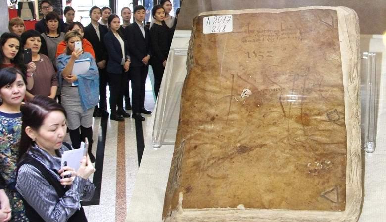 Казахстанцам продемонстрировали книгу из человеческой кожи
