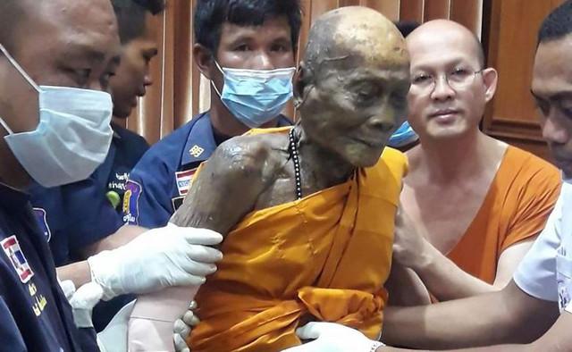 Мертвый буддистский монах улыбнулся в гробу