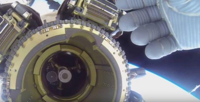 Космонавт пытался скрыть НЛО возле МКС, в прямом эфире