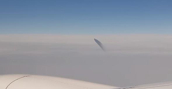 Странное НЛО напугало пассажиров авиалайнера