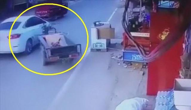«Одержимая» мототележка самостоятельно завелась и врезалась в автомобиль