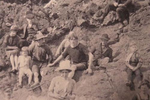 На фотографии 1917 года запечатлен путешественник во времени