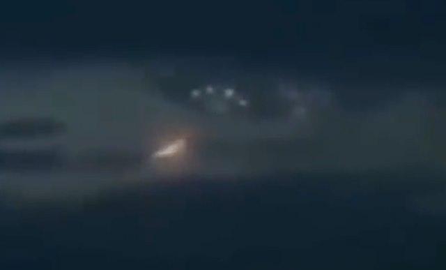 Сияющая летающая «змейка», скрывшаяся в огромном НЛО над Чили