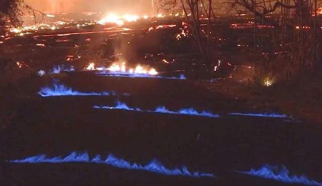 Из-под земли на Гавайях вырывается загадочный синий огонь