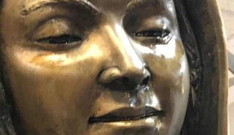 """В американской церкви """"заплакала"""" статуя Девы Марии"""
