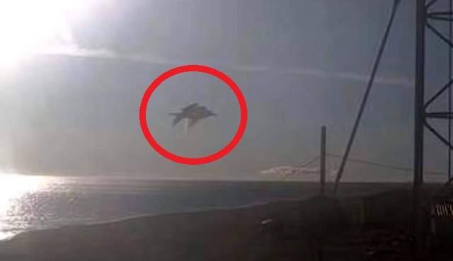 Погодная веб-камера на Аляске запечатлела похожий на огромную рыбу неопознанный объект