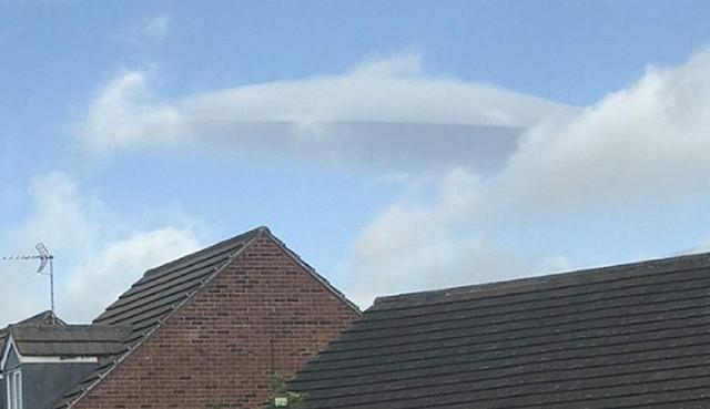 Маскирующийся под облако НЛО запечатлели в Англии