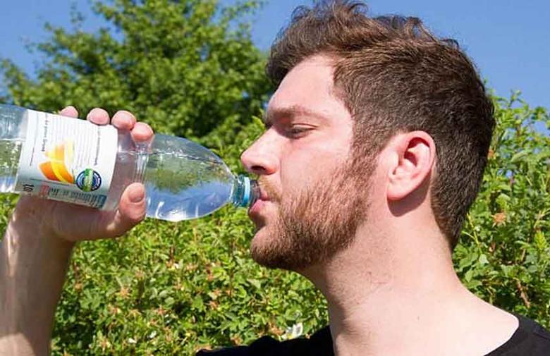Из-за редкой болезни вся жизнь этого мужчины состоит из поглощения огромного количества воды и походов в туалет