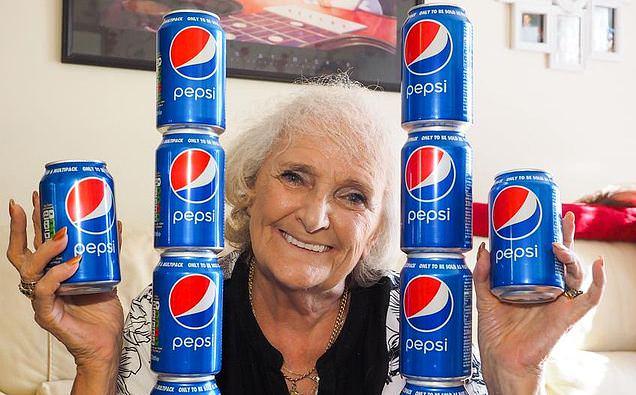 """77-летняя пенсионерка утверждает, что с 13 лет не пьет ничего кроме """"Пепси"""" по 4 банки в день"""