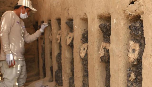 """Перу нашли доинкские деревянные фигурки """"хранителей"""" в масках"""