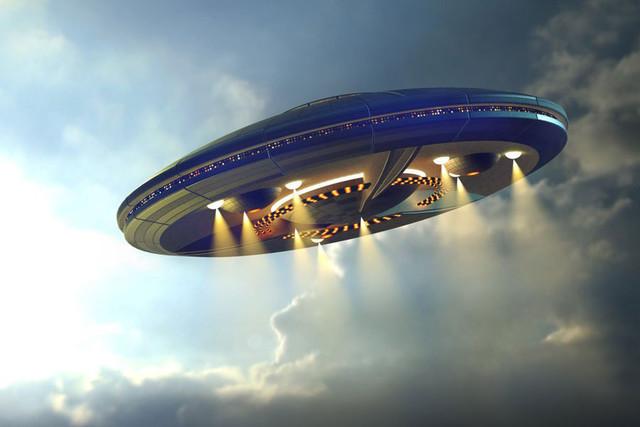 Огромный НЛО стал преследовать автомобиль в Канаде