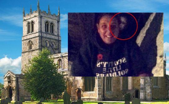 На снимке в старой церкви за спиной человека отразилось лицо призрака