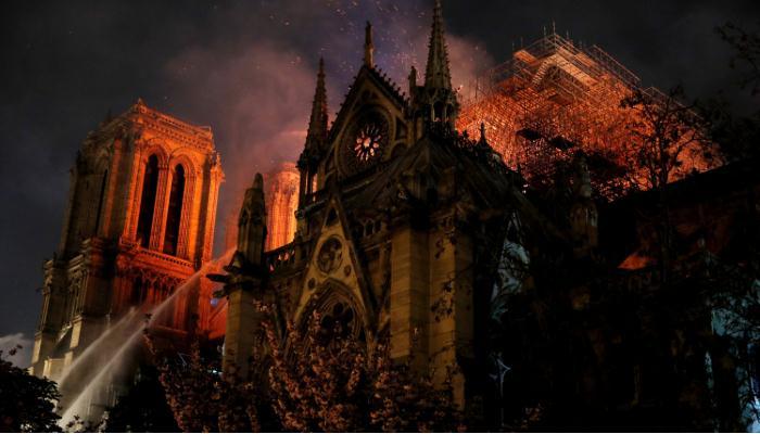 Пожар в Нотр-Дам-де-Пари. Заговор политиков и предсказания Нострадамуса