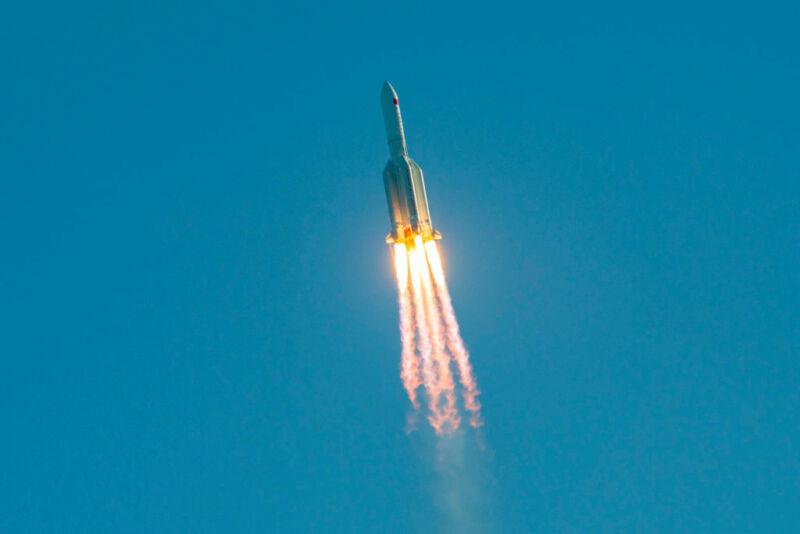 Крупные куски китайской ракеты могли упасть на Нью-Йорк