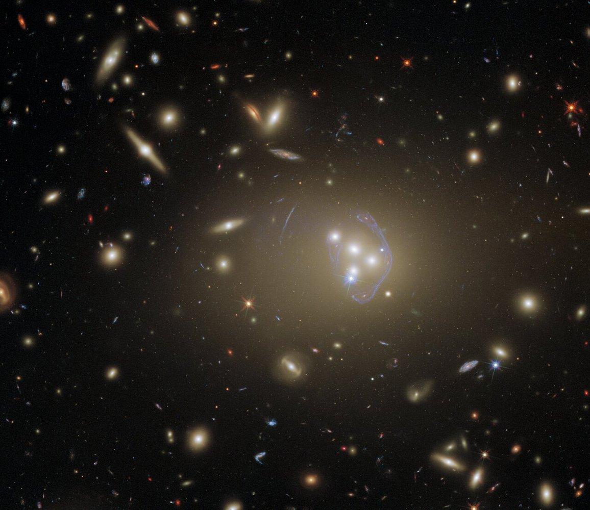 Слияние галактик в 1,4 млрд световых лет от Земли