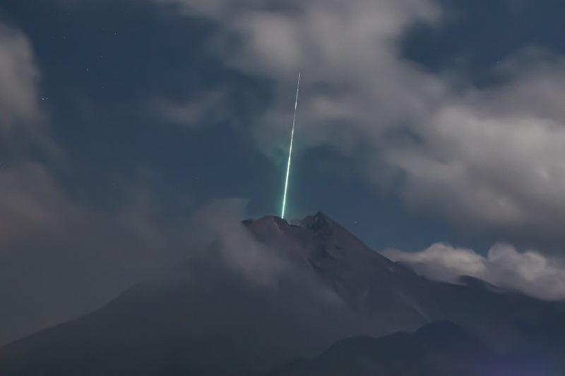 В индонезийский вулкан Мерапи влетел зеленый метеорит