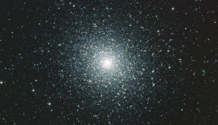 В центре звездного скопления обнаружили сразу 100 черных дыр