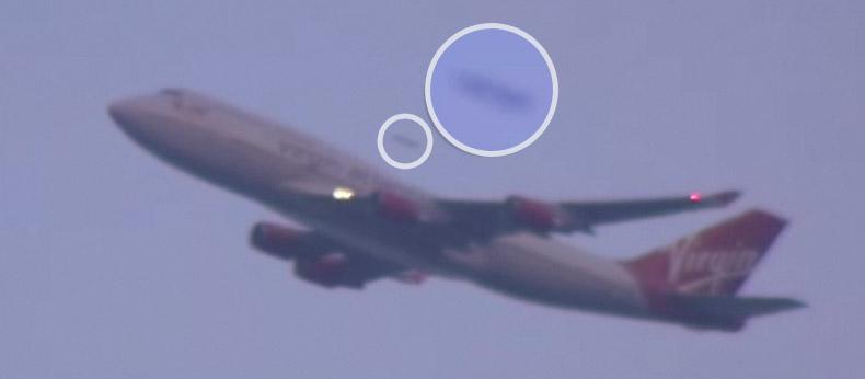 НЛО обгоняет самолет