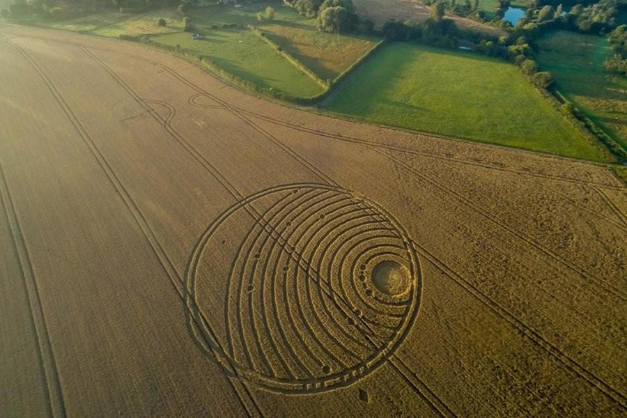 Новый круг на поле в Уилтшире напоминает спутниковую систему Нептуна